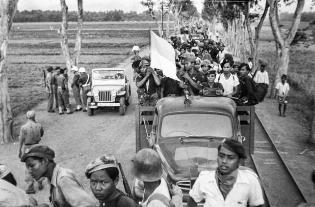 Mobilisasi TNI kembali ke daerah masing-masing, setelah diberlakukannya genjatan senjata (Ponorogo, 23 Oktober 1949).  Koonings-Nationaal Archief