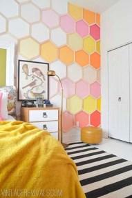 Essa ideia deixa a parede diferente e colorida
