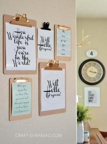 Coloque mensagens inspiradoras em pranchetas e pendure-as na parede
