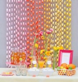 Use papel colorido e enfeite o ambiente