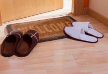 calçado a porta de casa