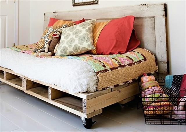 12 DIY Pallet Daybed Ideas 1001 Pallet Ideas