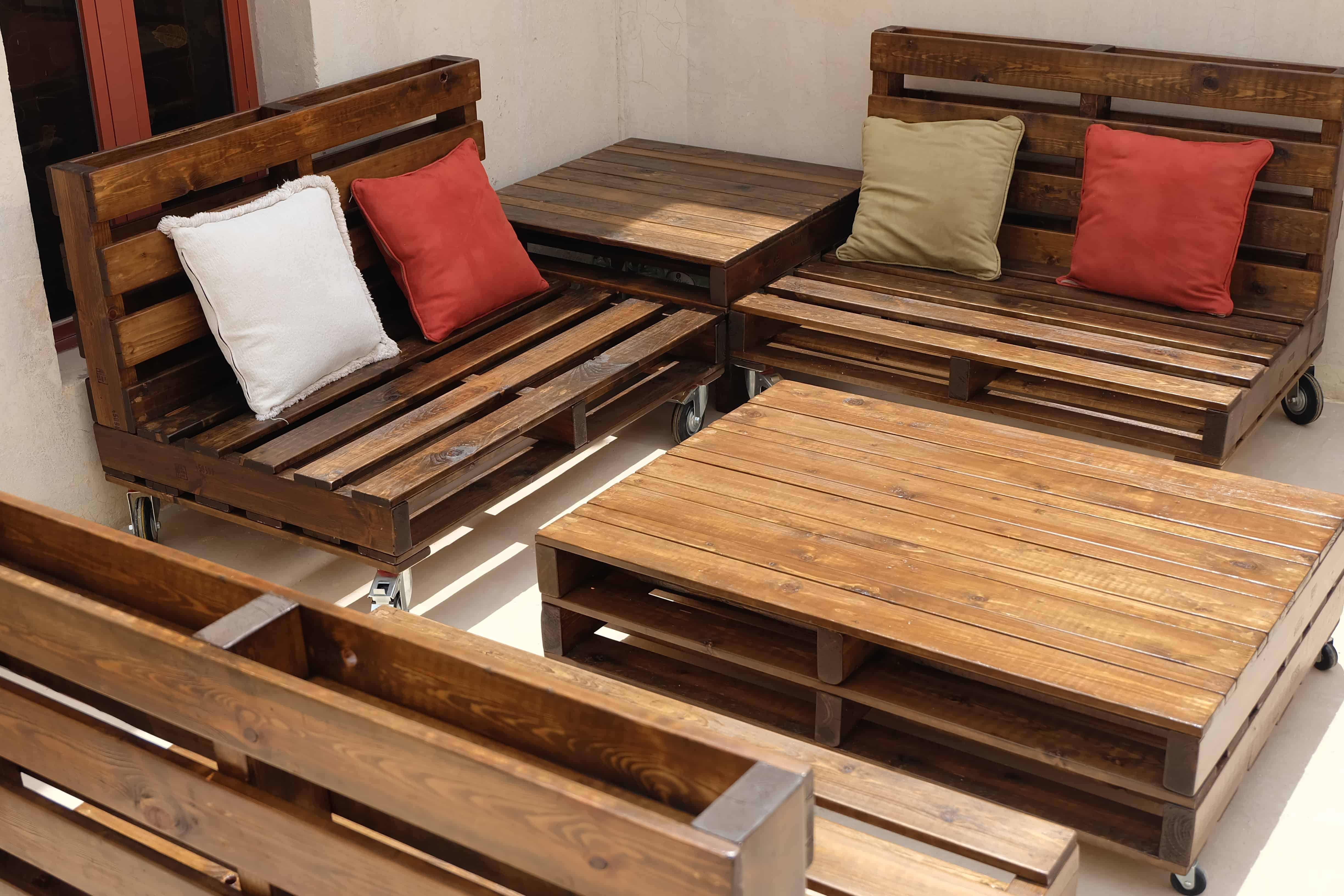 Mobile Pallet Lounge Set Creates Beautiful Outdoor Living ... on Pallet Room Ideas  id=69564