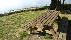 Chiesa di Santa Croce: tavoli da picnic