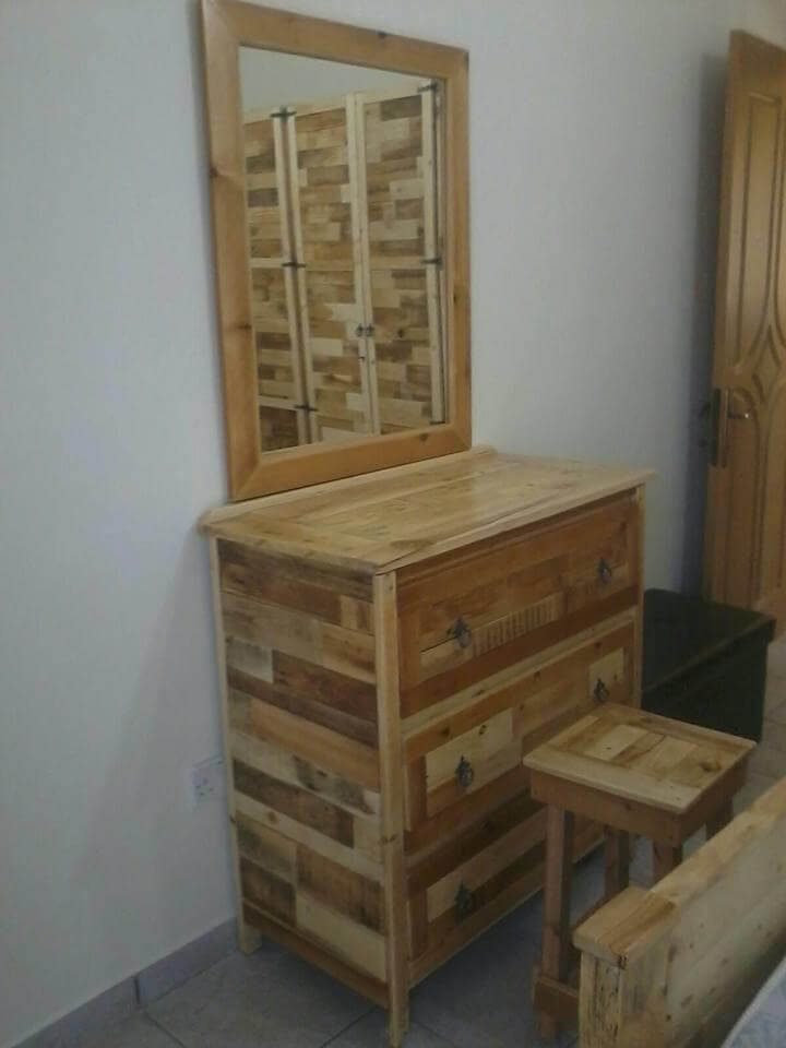 DIY Pallet Wall Mirror on Pallets Bedroom Ideas  id=41279