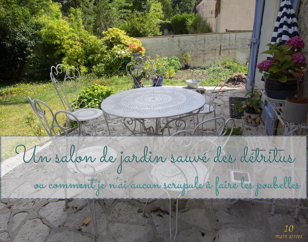 un salon de jardin en fer forge en