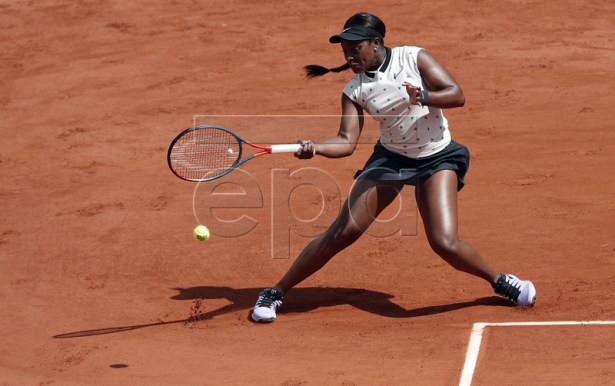 Sloane Stephens of the USA plays Sara Sorribes Tormo of Spain during their women?s second round match during the French Open tennis tournament at Roland Garros in Paris, France, 29 May 2019.  EPA-EFE/YOAN VALAT