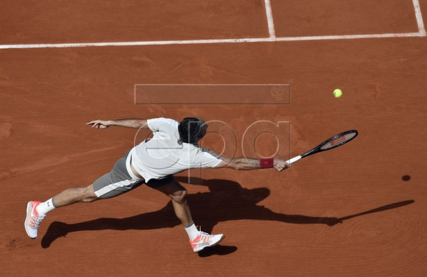 Roger Federer of Switzerland plays Casper Ruud of Norway during their men?s third round match during the French Open tennis tournament at Roland Garros in Paris, France, 31 May 2019. EPA-EFE/JULIEN DE ROSA