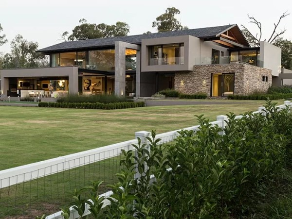 Contemporary farmhouse in South Africa takes outdoor
