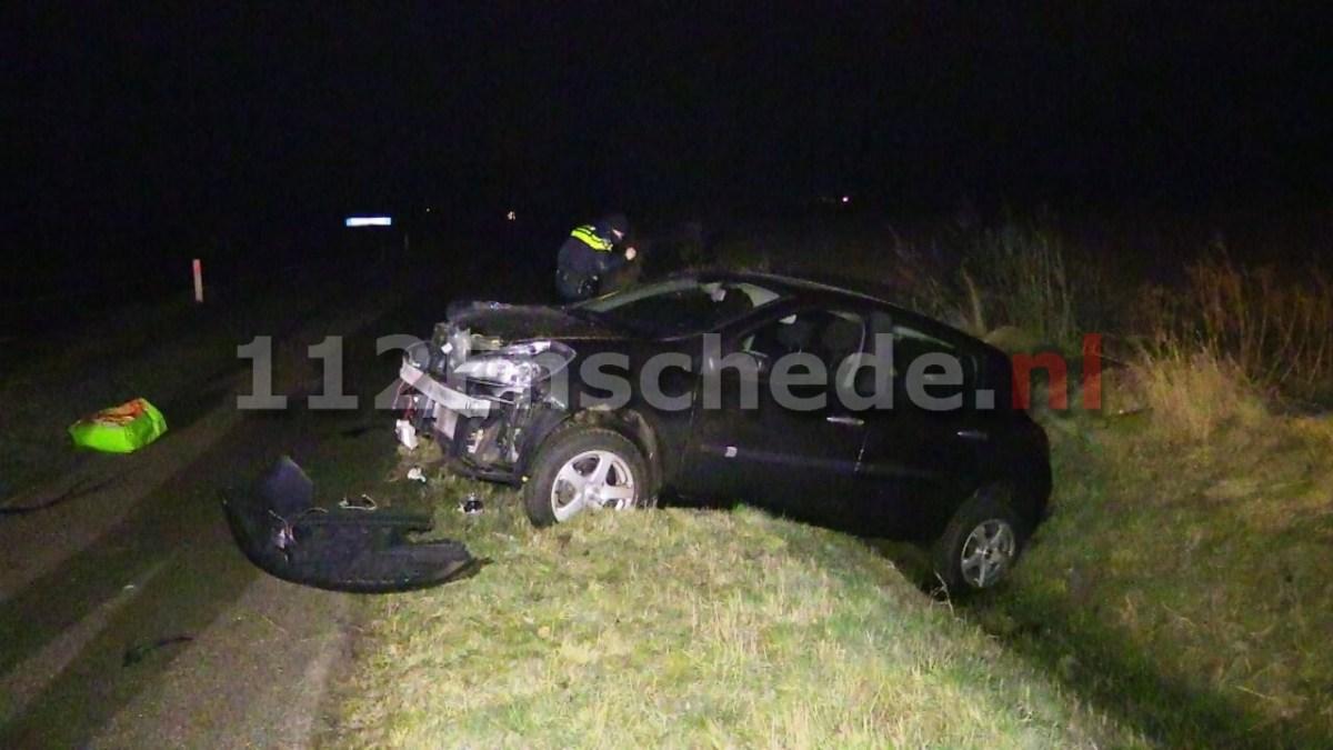 Auto maakt harde klap in sloot en raakt total loss in Enschede