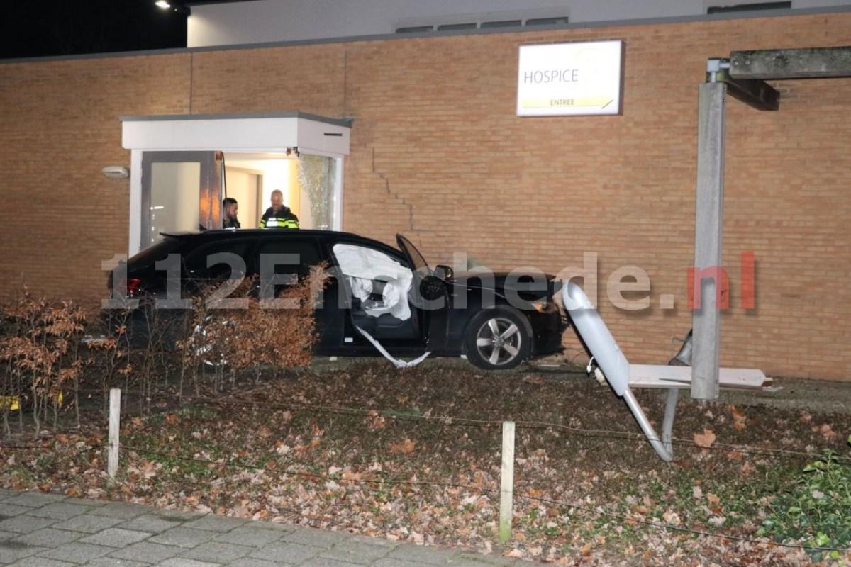 VIDEO: Auto vliegt uit de bocht en ramt gevel in Enschede