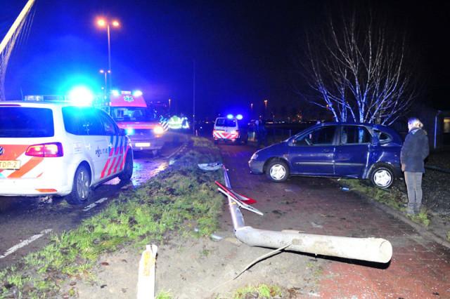 Hoofddorp: Auto raakt van de weg en rijd lichtmast uit de grond
