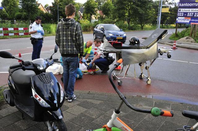 Hoofddorp: Scooterrijdster onderuit door putdeksel