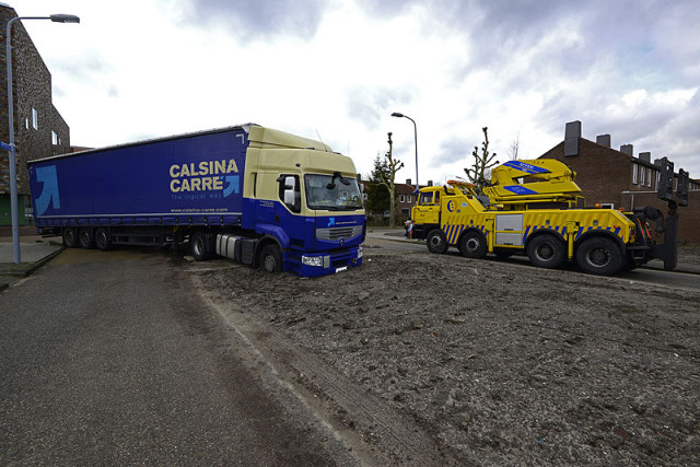 Nieuw-Vennep: Vrachtwagen rijdt dieseltank kapot
