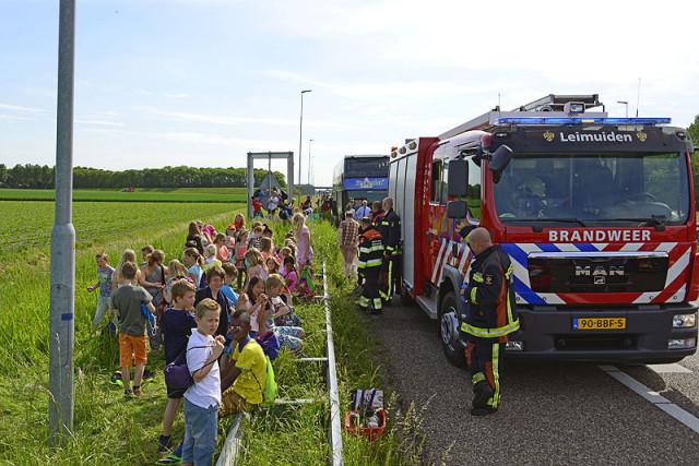 Abbenes: Touringcar met schoolkinderen vat vlam op de A44