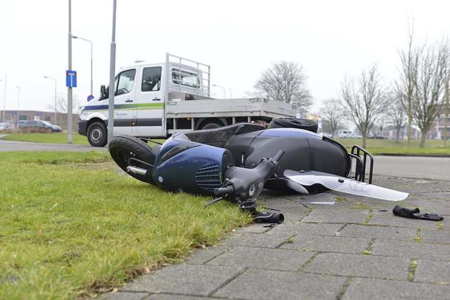 Aalsmeer: Scooterrijder gewond na aanrijding