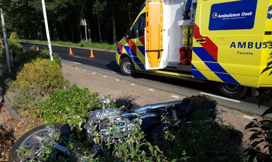 Motorrijder met spoed naar het ziekenhuis na botsing met auto in Tubbergen