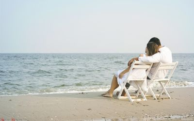 Sugar Daddy Dating: couple sitting on beach - No Stress Dating Arrangements