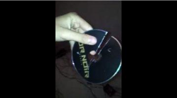 Un fan de Booba casse un CD « OR NOIR » de kaaris