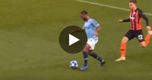 Sterling trébuche tout seul obtient le penalty le plus ridicule de l'histoire !