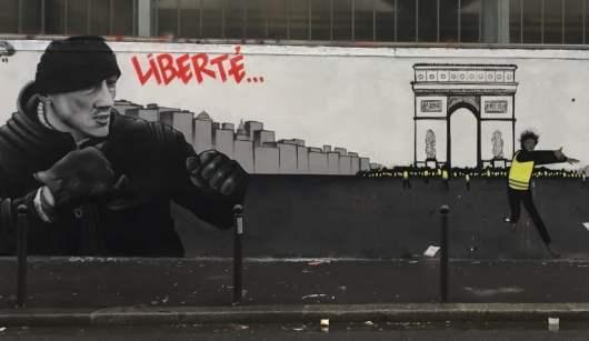 Une gigantesque fresque à la gloire des gilets jaunes et de Christophe Dettinger affichée à Paris