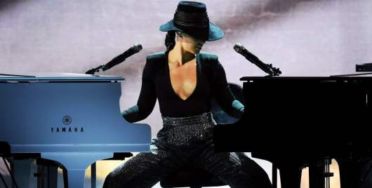 Alicia Keys avec 2 pianos en même temps, elle reprend du Drake, Lauryn Hill...