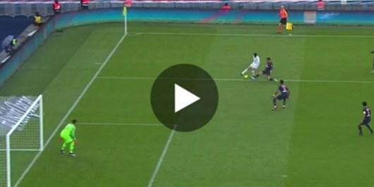 Le joueur de Nice, Youcef Atal humilie le défenseur Parisien Juan Bernat avec un dribble magique