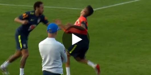 Neymar s'agace après s'être fait humilier par un joueur de 19 ans avec un petit pont !