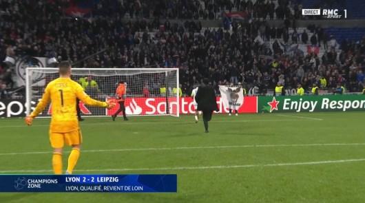 Les joueurs de Lyon s'embrouillent avec les supporters après la qualification en 8ème de finale de Ligue des Champions