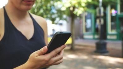 Una mujer consulta su teléfono móvil. (CC)