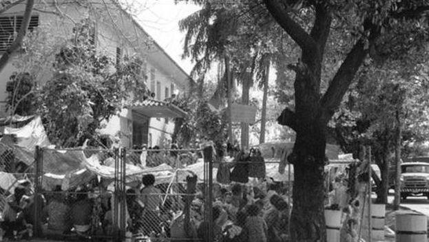 El 1 de abril de 1980 un ómnibus repleto de cubanos reventó el cerco de la embajada peruana en La Habana buscando asilo para salir de la Isla. La embajada se negó a alejarles de la sede diplomática y el 4 de abril el Gobierno de Fidel Castro decidió retirar la protección militar del local