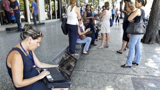 Una mujer se conecta a internet en la zona wifi de La Rampa en La Habana (Foto de archivo EFE).
