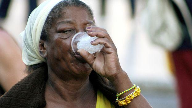 Una mujer bebiendo. (14ymedio)