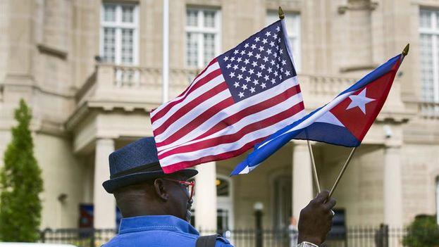 Con la reapertura de embajadas, los hasta ahora jefes de las respectivas secciones de intereses, José Ramón Cabañas (Cuba) y Jeffrey DeLaurentis (EE UU), pasarán a ser encargados de negocios mientras ambos Gobiernos nombran a sus respectivos embajadores. (EFE)
