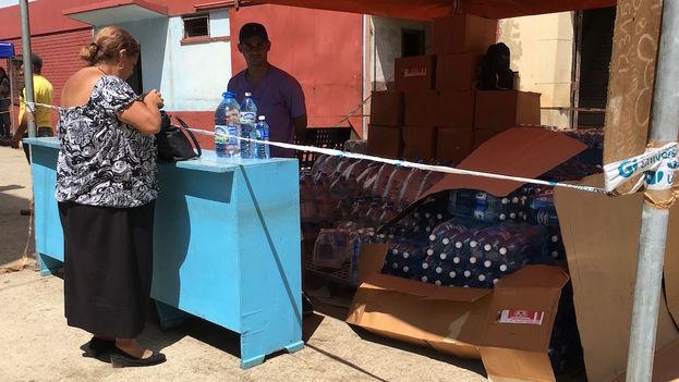 Una venta de agua embotellada en La Habana. (14ymedio)