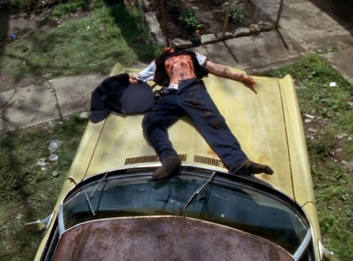 Fig. 11: I Gisles saga truer modstanderne Gisles kone Ød med totur og lemlæstelse. I The Wire bliver en sådan trussel til en realitet, som for eksempel da Omars kæreste Brandon tortureres. Hans lemlæstede og blodige krop efterlades på taget af en bil til frit skue og som en advarsel til Omar.