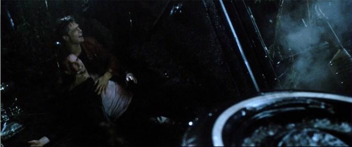 """Fig. 3: Tyler slipper rattet og kører galt og opnår en """"near life experience"""". Citatværdige replikker falder over hinanden i Finchers film. Karaktererne er veltalende og meget forstås både inden for filmens specifikke univers og som en metakommentar udtrykkende Finchers poetik. Film som 'near-life-experience' er bare ét eksempel på det."""
