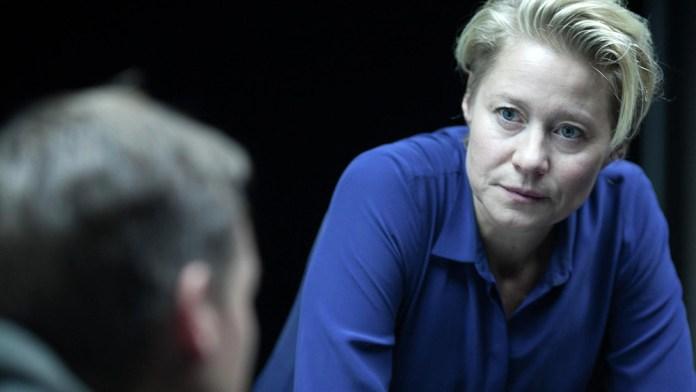 Fig. 5: Trine Dyrholm (f. 1972) i rollen som Hanne Lindberg, it-efterforsker hos Europol. De tyske replikker forhindrer på ingen måde Trine Dyrholm i at levere en overbevisende præstation.