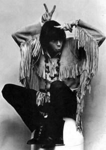 Fig. 1: Neil Young i goofy indianer-positur på et pressebillede fra karrierens begyndelse.
