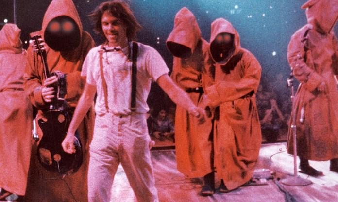 Fig. 6: A long time ago in a galaxy far, far away. Neil Young på planeten Rock. I koncertfilmen Rust Never Sleeps bliver der virkelig sat strøm til hele det ritualistiske show, som er rockkoncerten. Komplet med roadier i Star Wars-lignende kostumer og gigantversioner af scenegrej.