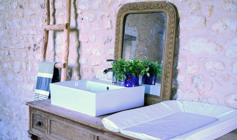 Un Meuble Vasque De Salle De Bains Familial Avec Table