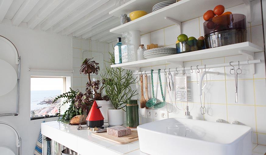 les etageres sur lesquelles est exposee la vaisselle la deco delicieusement vintage rappelle les vacances de notre enfance en bord de mer