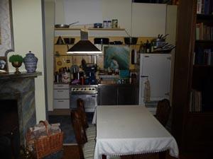 Dresslers Wohnzimmer mit Akropolis Küche im Hintergrund