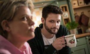 Während Andy noch immer sauer auf Konstantins Verhalten auf Antonias Konfirmationsfeier ist, hat Gabi (Andrea Spatzek) Verständnis. Konstantin (Arne Rudolf) erinnert sie an ihren verstorbenen Sohn Max.