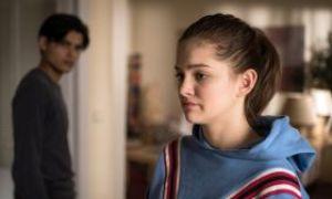 Lara (Greta Goodworth) ist verzweifelt: Ihre Abreise in die USA steht bevor und Jamal (Aaron Rufer) weiß immer noch nichts von ihren Plänen. Wie wird er reagieren?