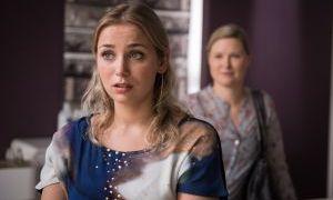 Weil Tanja (Sybille Waury, r.) sich um Simon kümmern muss, ist Lea (Anna Sophia Claus) im Friseursalon stark gefordert. Sogar am Tag ihrer Gesellenprüfung hat sie Dienst. Lea ist ziemlich sauer.