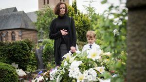 Dank Emil (Lukas R.) hat sich Anna (Irene Fischer) doch entschieden, am Tag der Beerdigung zum Grab ihres geliebten Hans' zu gehen.