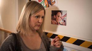 Tanja (Sybille Waury) nimmt noch immer die Schmerztabletten ihres Sohnes, um mit dem Druck fertig zu werden. Bekommt sie ihre schleichende Abhängigkeit in den Griff?