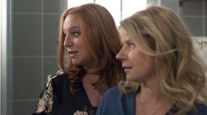 Talk unter Freundinnen: Nach ihrem One-Night-Stand mit Roland ist Iffi (Rebecca Siemoneit-Barum) unsicher. Sie findet ihn toll, aber ist er der Richtige? Freundin Nina (Jacqueline Svilarov) findet schon.