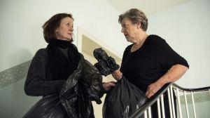 Die ewigen Rivalinnen im Hausflur: Diesmal geht es darum. dass Anna (Irene Fischer) sich von Hans' Kleidung trennen möchte. Damit hat sie aber die Rechnung ohne Helga (Marie-Luise Marjan) gemacht!